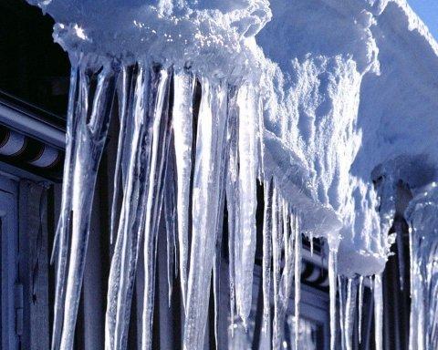 В России глыба льда убила студента: момент попал на видео