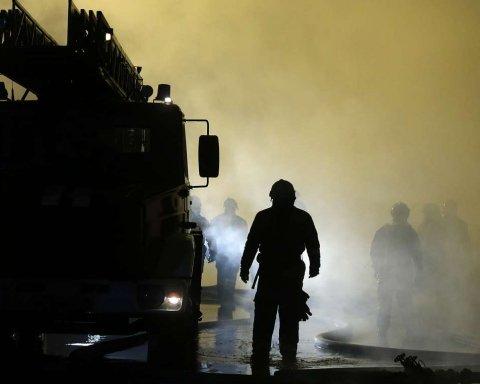 У центрі Києва спалахнула масштабна пожежа: перші подробиці та кадри з місця