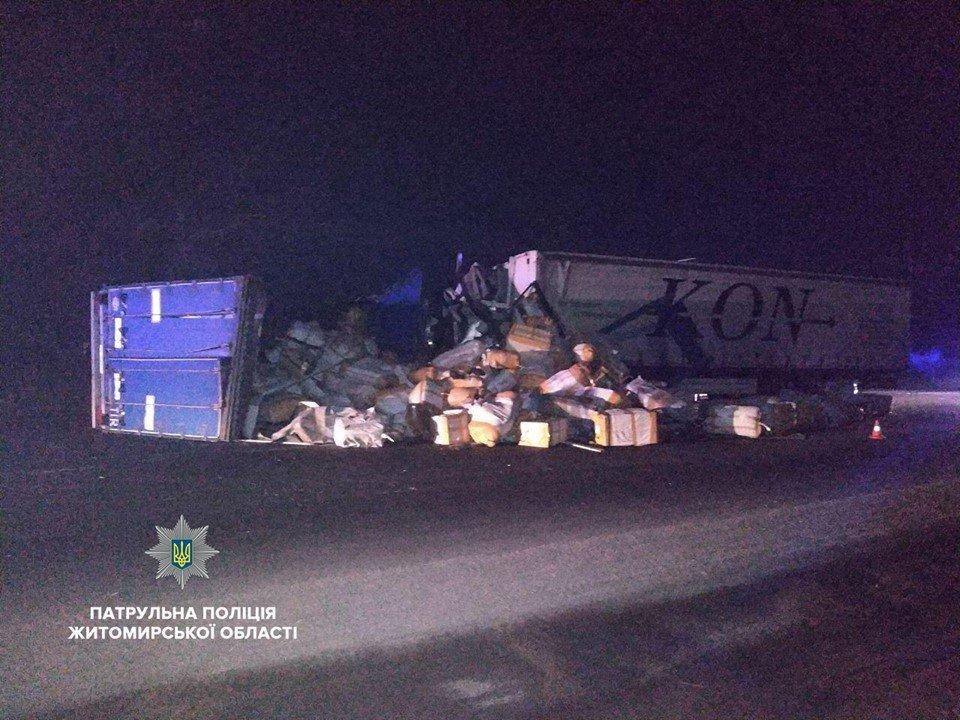 Фура снесла с трассы два грузовика: под Житомиром произошло масштабное ДТП