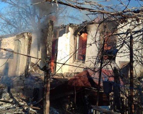 Мины разорвались в домах украинцев: на фото показали ад на Донбассе, который устроили оккупанты
