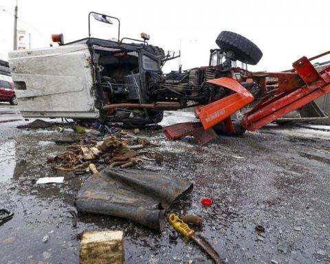 Грузовик опрокинул трактор на столичной трассе: первые подробности и кадры с места ДТП