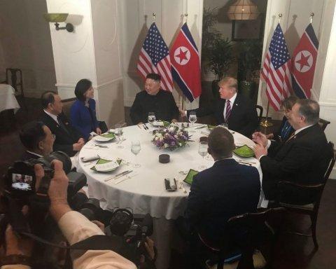 Трамп и Ким Чен Ын пожали руки и пообедали: видео и подробности исторической встречи