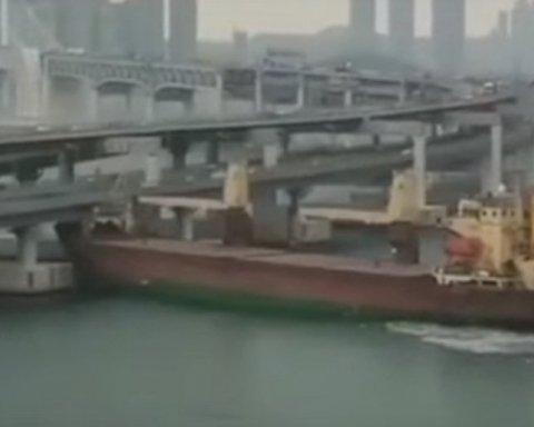 Російський корабель протаранив міст: з'явилося ганебне відео
