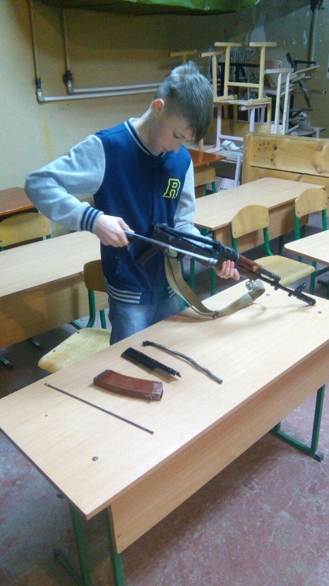 Окупанти озброюють дітей у Криму: мережу обурили фото