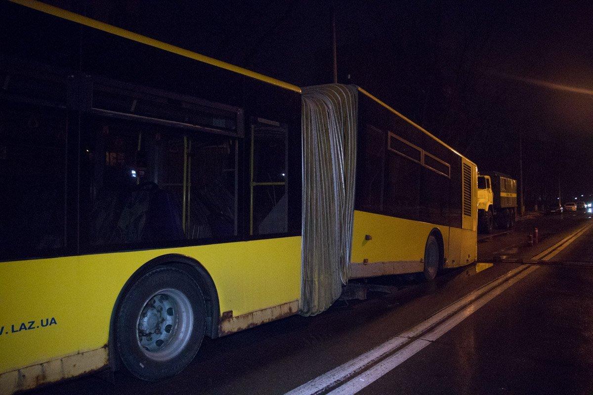 Розвалився на ходу: у Києві сталася моторошна ДТП з пасажирським автобусом