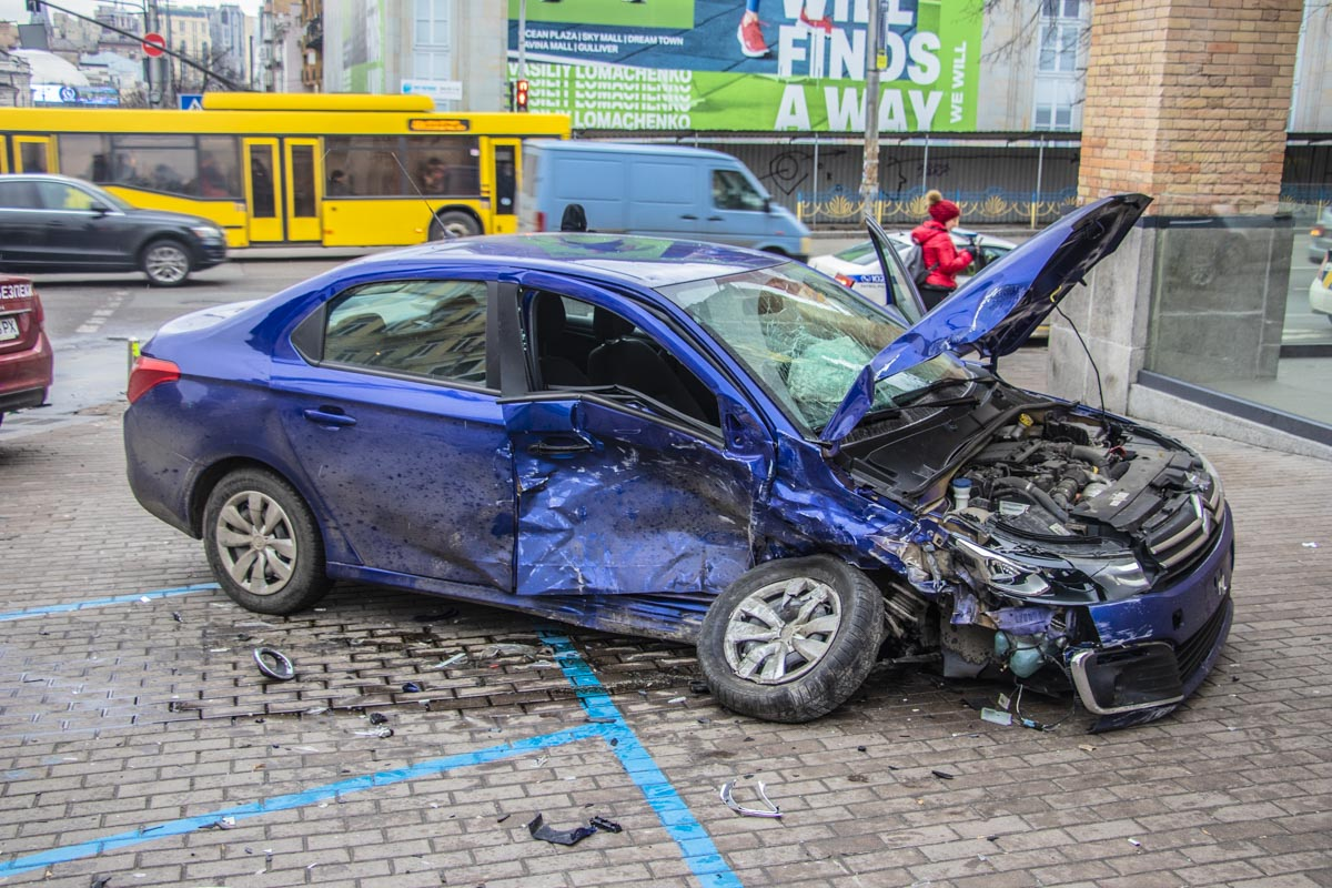 Масштабна ДТП у центрі Києва: з'явилися фото та дані про постраждалих