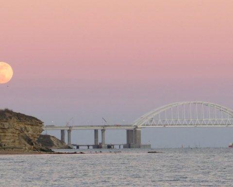 Еще стоит: сеть взбудоражили свежие фото и видео путинского моста в Крым
