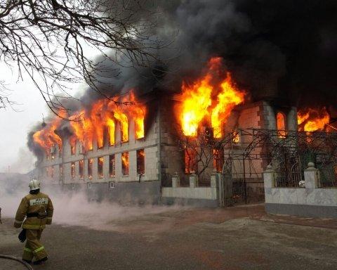 У Росії вогонь знищив два торговельних центри: кадри з місця масштабної події