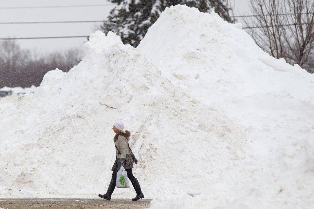 Разговаривала по телефону и проигнорировала ограждение: в центре Киева женщину завалило снегом с крыши дома