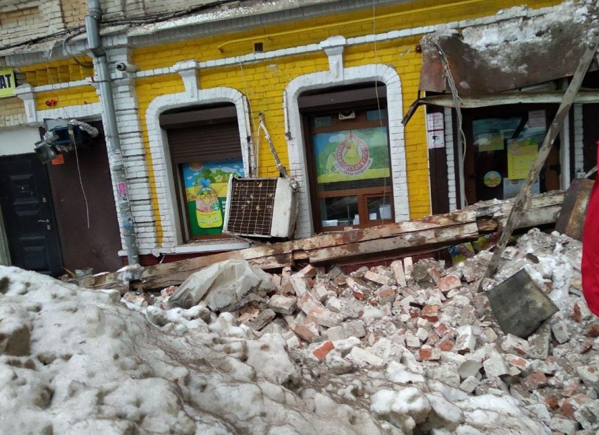 У РФ обвалився житловий будинок: небезпечний момент потрапив на відео