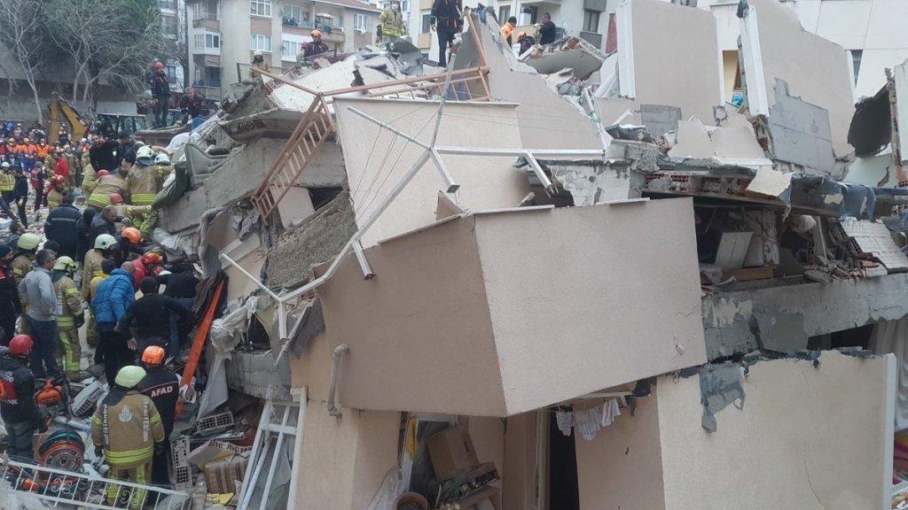 Склався за секунди: з'явилося відео обвалу будинку в Стамбулі, число жертв різко зросло