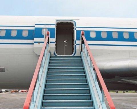 Обвалився трап з людьми: у РФ сталася НП з літаком, все потрапило на відео