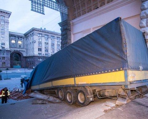 Громил все на своем пути: опубликованы фото и видео ДТП с грузовиком в центре Киева