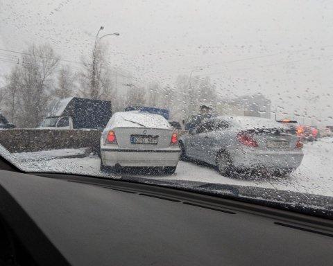 Киев засыпало снегом, движение парализовано: где не проехать