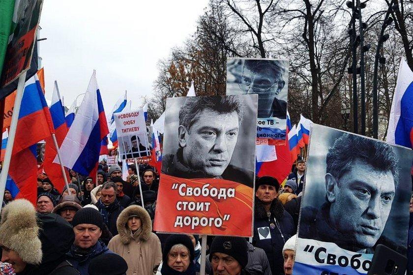 У Росії люди вийшли на вулицю з українським гаслом: опубліковано відео