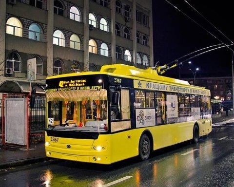 У Києві противники карантину почали трощити громадський транспорт