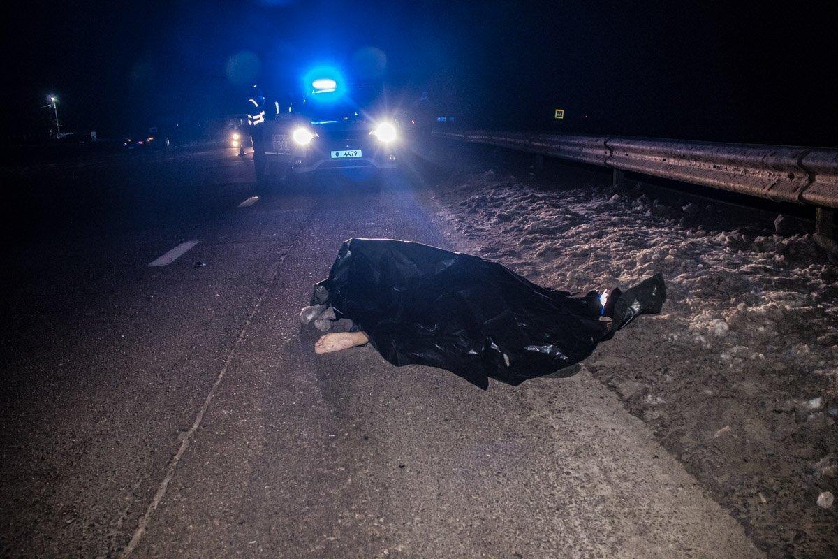 Під Києвом сталася смертельна ДТП, водій втік: фото та відео