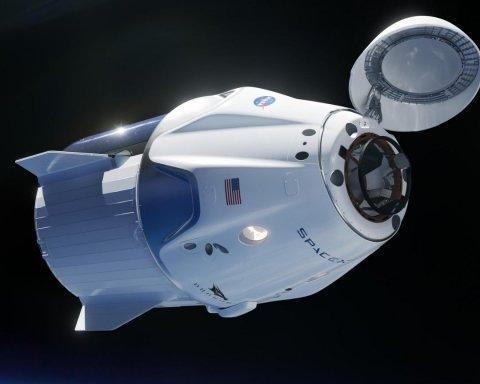 Космічний корабель Crew Dragon повернувся на Землю: з'явилися яскраві відео