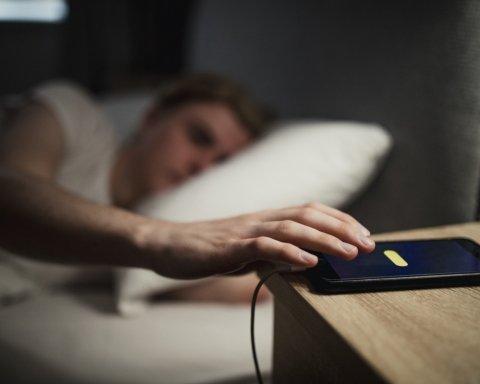 Купите обычный будильник: врачи назвали неожиданную опасность смартфона