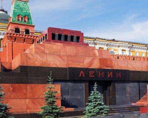 Леніне, вставай: у центрі Москви напали на Мавзолей