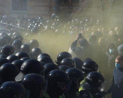 Скандал вокруг окружения Порошенко: в Киеве произошли столкновения между активистами и силовиками