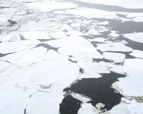 В Киеве дети провалились под лед: опубликовано видео спасения