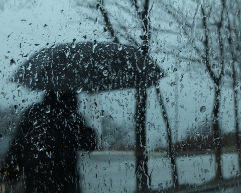 Більше тижня дощів: синоптик розповів, коли українцям не пощастить найбільше