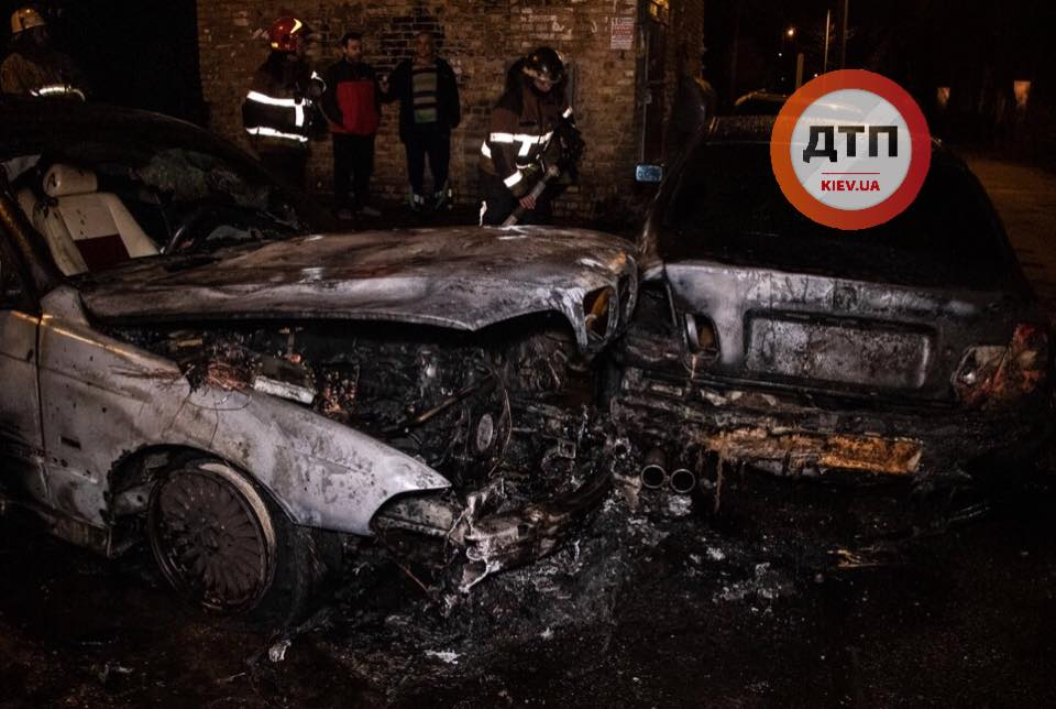 В Киеве посреди ночи горели «евробляхи»: кадры с места ЧП