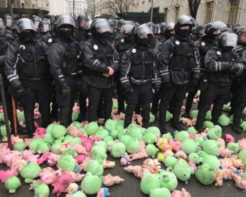 """""""Нацкорпус"""" влаштував дощ зі свиней під Адміністрацією президента: фото, відео"""