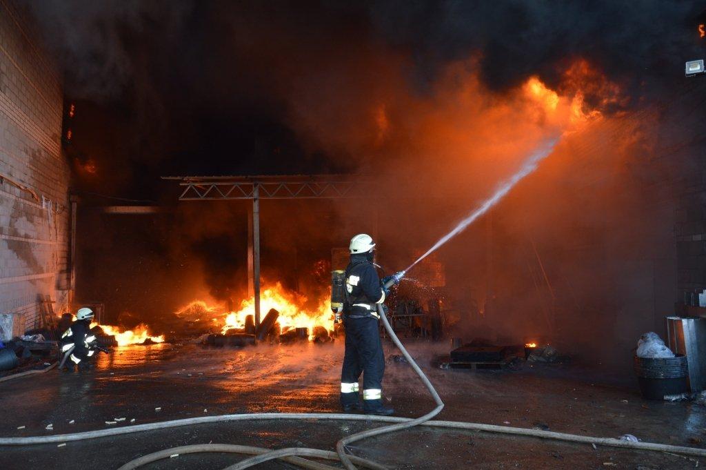 Горить завод: під Дніпром сталася НП, з'явилися фото з місця