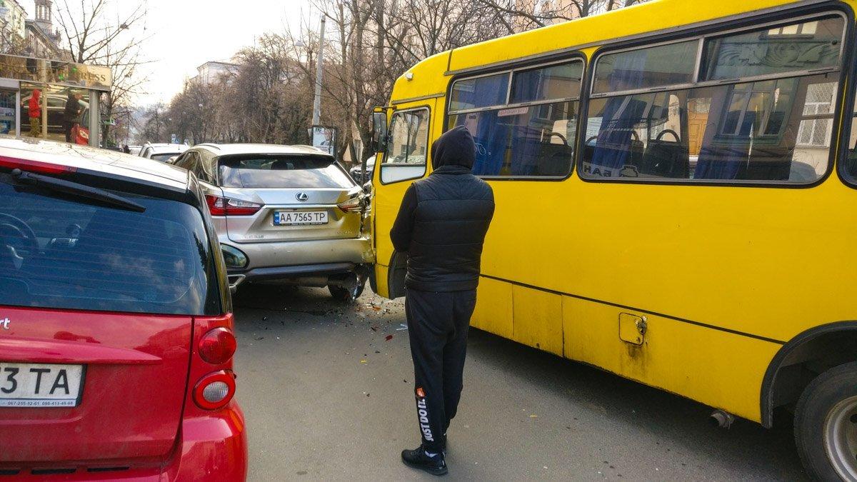 Масштабна ДТП у Києві з маршруткою: з'явилися кадри з місця НП