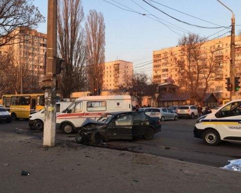 Бив і намагався вкрасти зброю: з'явилося шокуюче відео перших хвилин після ДТП в Одесі