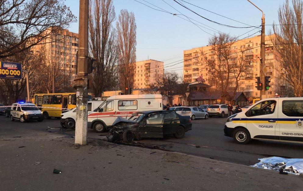 Бил и пытался украсть оружие: появилось шокирующее видео первых минут после ДТП в Одессе