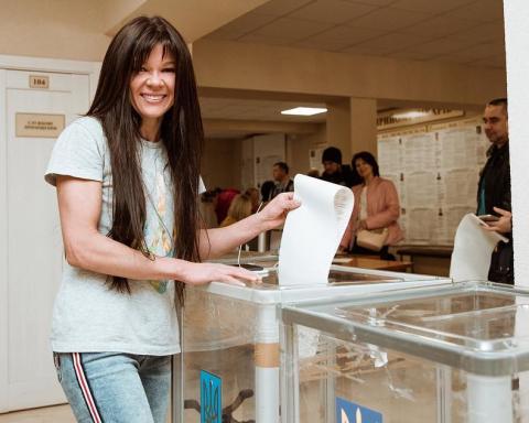 Украинские звезды проголосовали на выборах президента: появились фото и видео