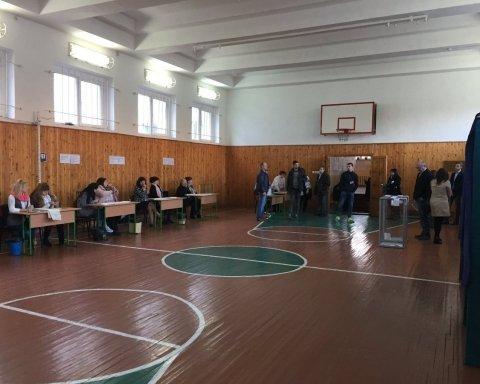 В Украине начались выборы президента: первые кадры с мест голосования
