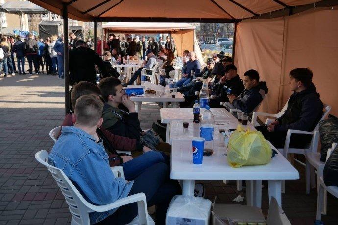 Под ЦИК стало больше странных людей и появились палатки: опубликованы фото и видео