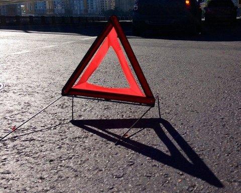 В Киеве грузовик протаранил мост: появились фото с места ЧП