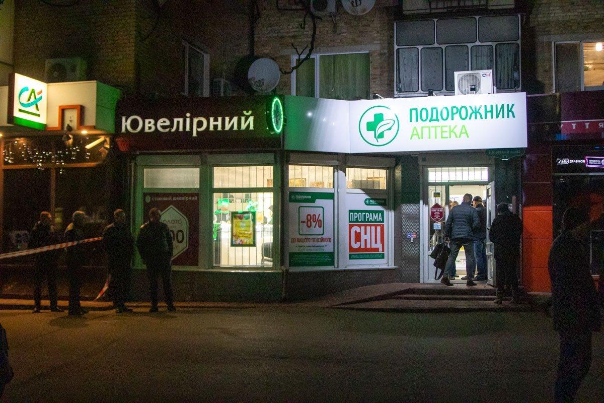 Під Києвом злочинці з автоматами здійснили зухвале пограбування: фото і відео з місця НП