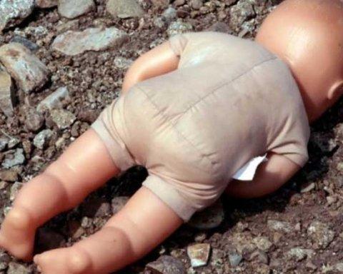 На цвинтарі у Харкові знайшли труп немовляти: деталі та кадри з місця