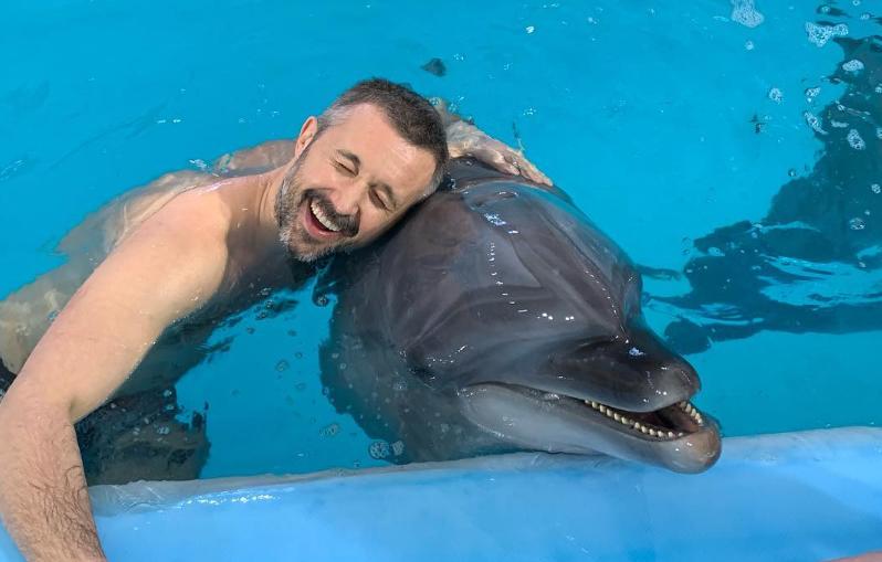 Бабкин показал беременную жену в купальнике среди дельфинов