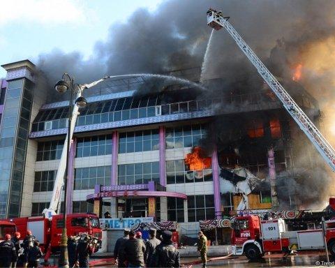 Вогонь охопив чотири поверхи: з'явилися кадри моторошної пожежі в ТЦ Баку