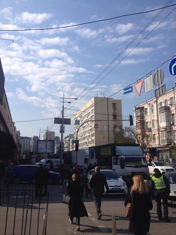 """Багато поліції та перекриті вулиці: що відбувається біля """"Олімпійського"""" перед дебатами"""