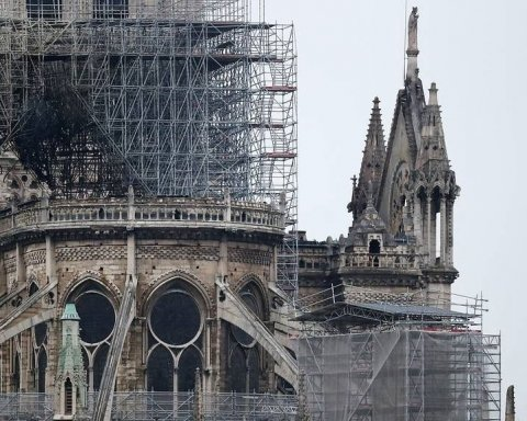 Пожежа у Нотр-Дам де Парі: з'явилися відео зсередини собору і вражаючі фото з висоти