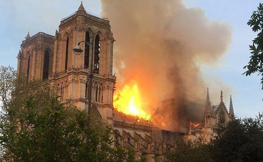 Один із найстрашніших моментів пожежі в Соборі Паризької Богоматері потрапив на відео