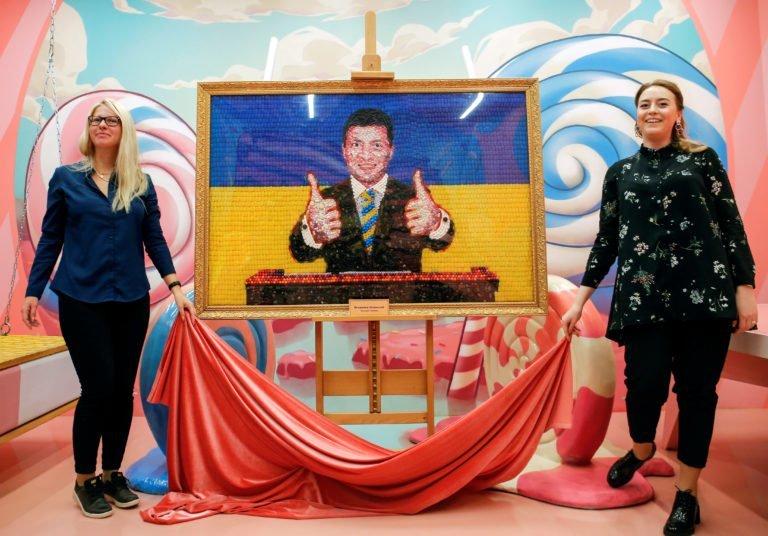 У РФ створили портрет Зеленського з цукерок Порошенка: з'явилося фото