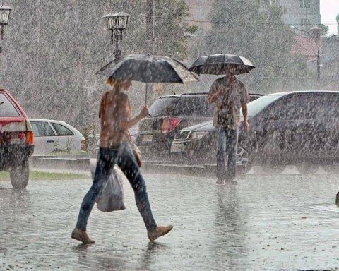 Накриють грози та зливи: синоптики назвали регіони України, яким не пощастить з погодою