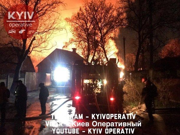 У Києві спалахнула масштабна пожежа з вибухами: фото, відео і подробиці