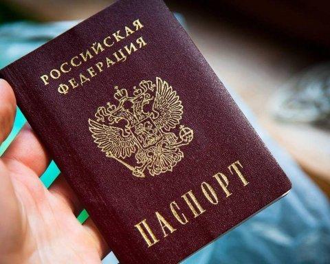 Россияне начали выдавать паспорта украинцам и нагло похвастались видео