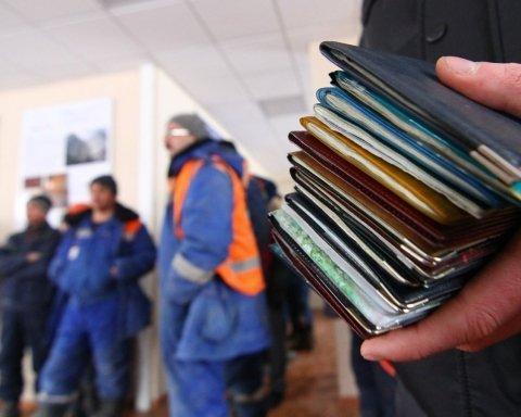 Скільки грошей заробітчани перерахували в Україну: названо рекордну суму