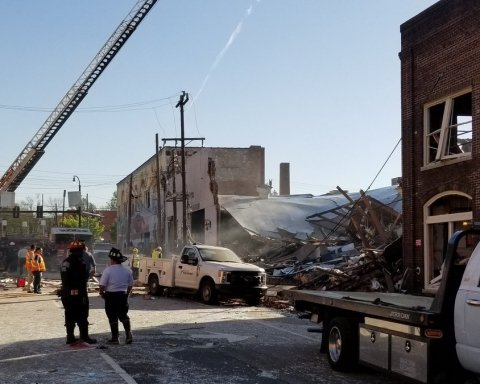 В США после мощного взрыва рухнул дом, есть жертвы: кадры с места трагедии